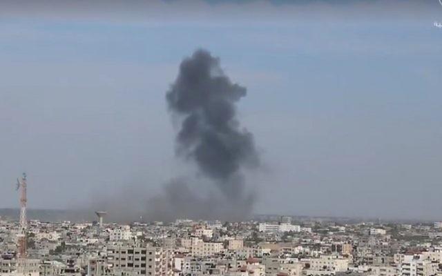 De la fumée s'élève au-dessus de Rafah, dans le sud de la bande de Gaza, alors que l'aviation israélienne a frappé quatre cibles militaires du Hamas, le 5 mai 2016. (Crédit : capture d'écran : Agence d'informations Shehab)