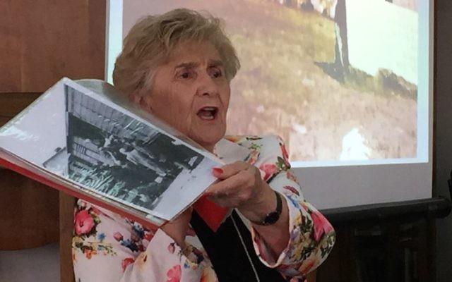 Rena Quint raconte son arrivée à Bergen-Belsen à l'institut Pardes des études juives, à Jérusalem, le 4 mai 2016 (Crédit : Amanda Borschel-Dan/Times of Israel)