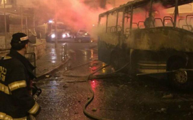 Pompiers luttant contre les flammes déclenchées par une bombe incendiaire sur une base militaire israélienne proche du mont Scopus, à Jérusalem, le 18 septembre 2015. (Crédit : capture d'écran Deuxième chaîne)