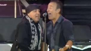 Steven Van Zandt et Bruce Springsteen sur scène à Londres en 2013 (Crédit : Capture d'écran YouTube)