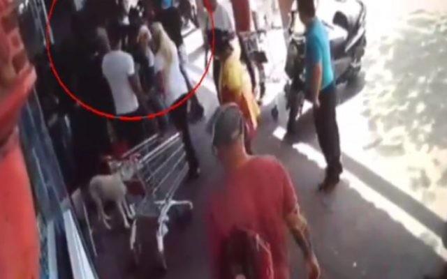 Vidéo d'une agression présumée de la police contre un homme arabe israélien à Tel Aviv, le 22 mai 2016. (Crédit : capture d'écran Deuxième chaîne)
