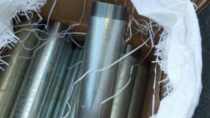 Des tuyaux en métal découverts par les autorités israéliennes alors qu'ils étaient en route pour la bande de Gaza, le 26 mai 2016 (Crédits : ministère de la Défense)