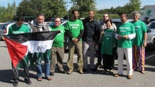 Farida Trichine (troisième en partant de la droite) et ses amis militants soutenant le boycott d'Israël, à Mulhouse, en France, le 11 septembre 2010. (Crédit : Collectif Palestine 68)