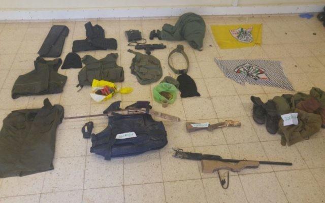 Des pistolets faits maison, des gilets pare-balles et d'autres équipements saisis par les troupes de Tsahal dans le village palestinien de al-Dik dans un raid nocturne le 25 mai 2016 (Crédit : unité du porte parole de Tsahal)