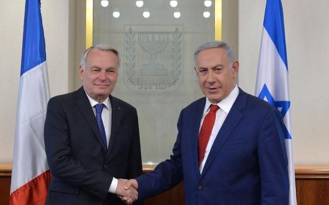 Le Premier ministre Benjamin Netanyahu (à droite) et le ministre français des Affaires étrangères, Jean-Marc Ayrault, à Jérusalem, le 15 mai 2016. (Crédit : Raphael Ahren/times of Israel)