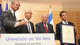 Manuel Valls à l'université de Tel Aviv, recevant le prix George Wise, le 22 mai 2016 (Crédit : © Marine CROUZET, Ambassade de France en Israël)