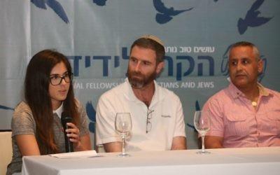 Maya Rahimi, Natan Meir et Ofer Cohen racontent leurs histoires personnelles pendant un évènement organisé pour Yom HaZikaron à Jérusalem pour rendre hommage aux victimes du terrorisme, le 9 mai 2016. (Crédit : autorisation)