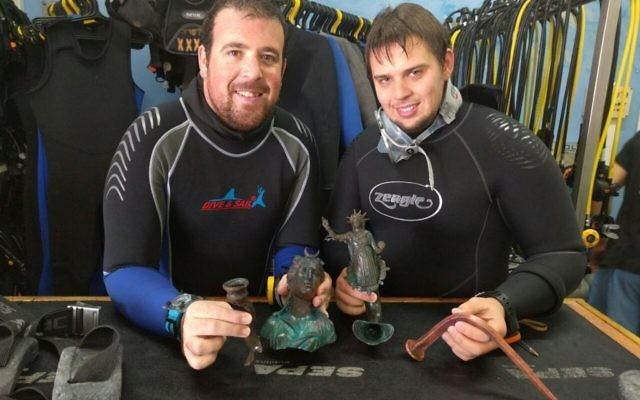 Les plongeurs, Ran Feinstein (à droite) et Ofer Raanan après la découverte. (Crédit : centre de plongée du vieux centre de Césarée)