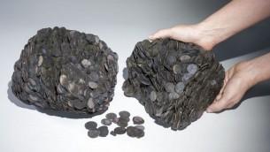 Tas de pièces qui ont été découverts en mer, d'un poids total de près de 20 kilogrammes. (Crédit : Clara Amit, avec la permission de l'Autorité des Antiquités d'Israël.)