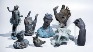 Les rares objets de bronze qui ont été découverts à Césarée, en avril 2016. (Crédit : Clara Amit, avec la permission de l'Autorité des Antiquités d'Israël)