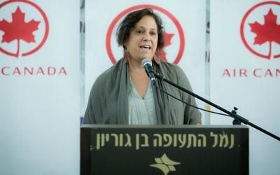 L'ambassadrice canadienne en Israël, Vivian Bercovici, s'exprime lors d'un événement pour la compagnie aérienne Air Canada, à l'aéroport international de Ben Gurion, le 5 août 2014 (Crédit : Moshe Shai/Flash90)