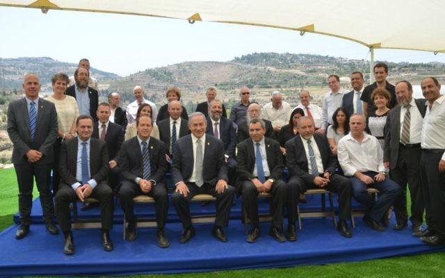 Une réunion du cabinet des ministres dans le parc Ein Lavan du sud de Jérusalem, pour marquer la Journée de Jérusalem, le 2 juin 2016 (Crédit : Jacky Levy/Jerusalem Municipality)
