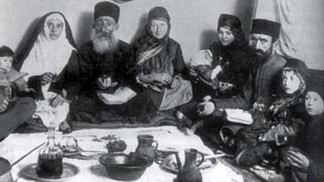 Une photo de la fin du 19e siècle d'une famille de Quba, près de Krasnaya Sloboda en train de célébrer Pessah (Crédit : Krasnaya Sloboda archives)