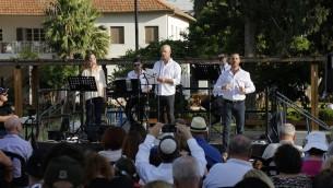 Musiciens pendant un service religieux au marché Sarona de Tel Aviv, deux jours après l'attentat qui y a eu lieu, le 10 juin 2016. (Crédit : Guy Yechiely)