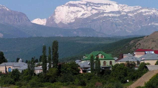 La ville de Krasnaya Sloboda devant le paysage magnifique des montagnes du Caucase (Crédit : autorisation)
