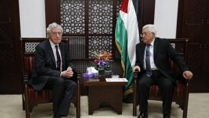 L'envoyé français au Moyen Orient Pierre Vimont et le président de l'Autorité palestinienne Mahmoud Abbas à Ramallah, en Cisjordanie, le 15 mars 2016. (Crédit : Abbas Momani/AFP)