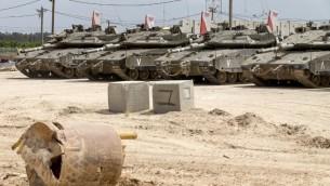 des tanks israéliens stationnés près de la frontière avec la bande de Gaza, le 6 mai 2016. (Crédit : AFP PHOTO/JACK GUEZ)