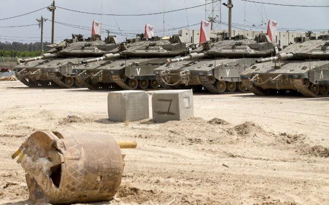Des tanks israéliens stationnés près de la frontière avec la bande de Gaza, le 6 mai 2016. (Crédit : AFP/Jack Guez)