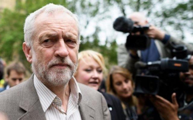 Le dirigeant du Parti travailliste britannique Jeremy Corbyn avec des ouvriers métallurgistes après une manifestation à Londres, le 25 mai 2016. (Crédit : AFP/Leon Neal)
