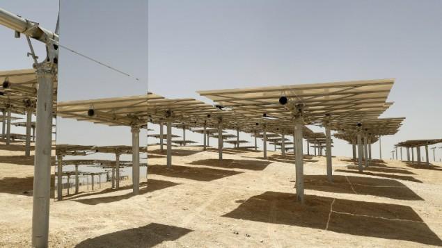 Les 55 000 miroirs dirigeant le soleil vers la tour solaire Ashalim, qui est en construction dans le désert du Néguev, près du kibboutz Ashalim, le 26 mai 2016. (Crédit : Jack Guez/AFP)