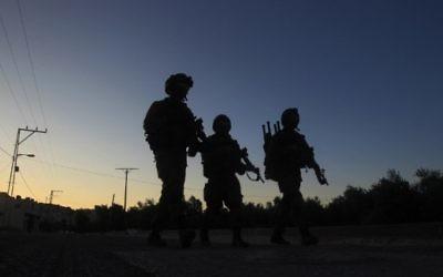 Des soldats israéliens patrouillent à Salem, un village palestinien à l'est de Naplouse, en Cisjordanie, pendant une opération d'arrestation de Palestiniens recherchés, le matin du 30 mai 2016. (Crédit : AFP PHOTO/JAAFAR ASHTIYEH)