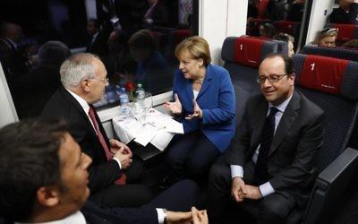 De gauche à droite :  le Premier ministre italien Matteo Renzi, le président suisse Johann Schneider-Ammann, la chancelière allemande Angela Merkel et le président français François Hollande dans un train qui passe par le tunnel ferroviaire du Gothard, le 1er juin 2016 (Crédit : AFP / POOL / Peter Klauzner )