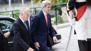 Le ministre français des Affaires étrangères Jean-Marc Ayrault (g) accueille le secrétaire d'Etat américain John Kerry à son arrivée pour une réunion internationale et interministérielle dans le but de relancer le processus de paix israélo-palestinien, à Paris, le 3 Juin 2016. (Crédit : AFP POOL / STEPHANE DE SAKUTIN)