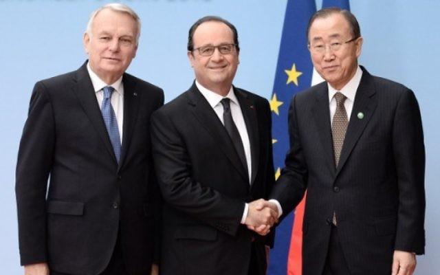 (de gauche à droite) Le ministre français des Affaires étrangères Jean-Marc Ayrault, le président français François Hollande et le Secrétaire général des Nations unies Ban Ki-moon posent lors d'une réunion internationale et inter-ministérielle dans le but de relancer le processus de paix israélo-palestinien, à Paris, le 3 juin 2016. (Crédit : AFP photo / Pool / Stephane de SAKUTIN)