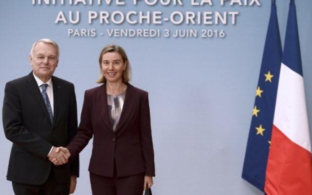 La chef de la diplomatie de l'Union européenne, Federica Mogherini, à droite, est accueillie par le ministre des Affaires étrangères français Jean-Marc Ayrault avant une réunion internationale et interministérielle dans le but de relancer le processus de paix israélo-palestinien, à Paris, le 3 juin 2016 . (Crédit : AFP / Pool / Stephane de SAKUTIN)