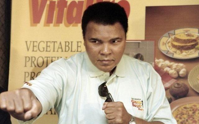 Mohamed Ali pendant une conférence de presse à Jakarta, le 21 octobre 1996. (Crédit : AFP / JOHN MACDOUGALL)
