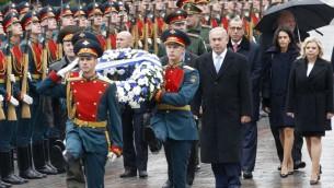 Le Premier ministre Benjamin Netanyahu et son épouse Sara pendant une cérémonie d'hommage sur la tombe du soldat inconnu, dans le centre de Moscou, le 7 juin 2016. (Crédit : AFP PHOTO/POOL/Maxim Shipenkov)