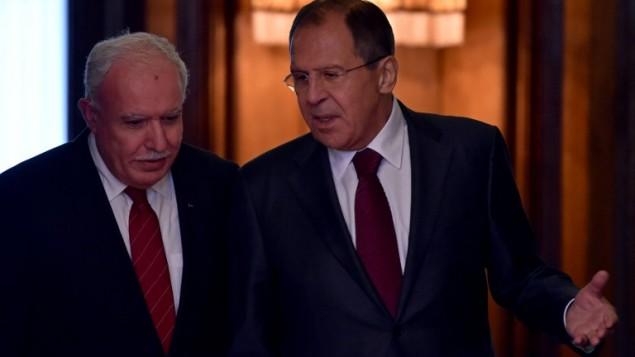 Le ministre des Affaires étrangères russe, Sergei Lavrov (à droite) s'adresse à son homologue palestinien Riyad al-Maliki alors qu'ils entrent dans un hall durant un meeting à Moscou, le 8 juin 2016 (Crédit : AFP PHOTO/KIRILL KUDRYAVTSEV)