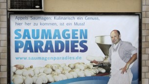 """Une publicité pour le """"paradis de la panse de porc"""" (Saumagenparadies) à Kallstadt, dans le sud de l'Allemagne, le 8 juin 2016. (Crédit : AFP PHOTO/DANIEL ROLAND)"""