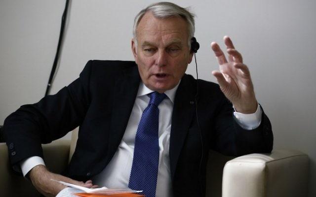 Jean-Marc Ayrault, le ministre français des Affaires étrangères et du développement international, parle aux journalistes avant qu'il ne prenne la présidence du Conseil de sécurité des Nations unies à New York, le 10 Juin 2016. (Crédit : AFP/Kena Betancur)