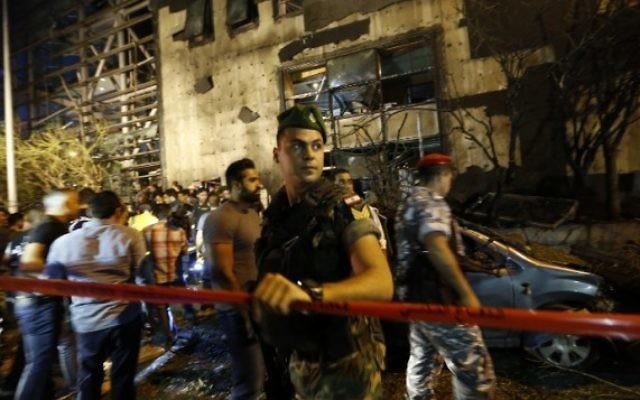 Les forces de sécurité libanaise sur les lieux d'un attentat près d'une banque importante, dans la partie occidentale de la capitale libanaise, Beyrouth, le 12 juin 2016. (Crédit : AFP Photo/Anwar Amro)