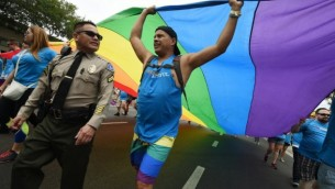 Les adjoints du shérif assurent la sécurité pendant la Gey Pride 2016 de Los Angeles, Californie, le 12 juin 2016. (Crédit : AFP PHOTO / Mark Ralston)