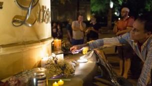 Hommage aux victimes de la fusillade terroriste d'Orlando, à Dallas, Texas, le 12 juin 2016. (Crédit : AFP/Laura Buckman)