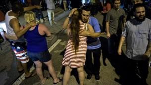 Embrassades après des prières près de la boîte de nuit Pulse à Orlando, le 12 juin 2016. (Crédit : AFP PHOTO/Brendan Smialowski)