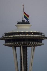 Un drapeau arc-en-ciel en berne sur l'immeuble Space Needle de Seattle en hommage aux victimes de la fusillade terroriste d'Orlando, le 12 juin 2016. (Crédit : AFP PHOTO / OMAR TORRES)
