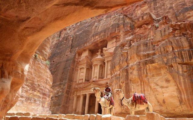 Des chercheurs américains ont découvert une structure enfouie sous le sable dans la cité antique de Petra, le 13 juin 2016. (Crédit : Khalil Mazraawi/AFP)