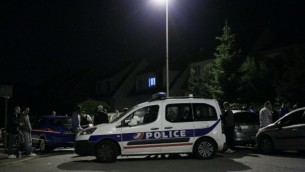 Une voiture de la police bloque la route pendant l'assaut donné par le RAID, quelques heures après le meurtre d'un policier devant chez lui, à Magnanville, à 45 km à l'ouest de Paris, le 14 juin 2016. (Crédit : AFP PHOTO/MATTHIEU ALEXANDRE)