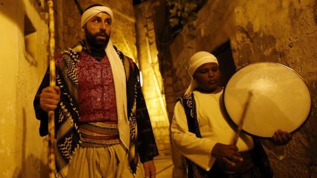 Michel Ayoub, arabe israélien chrétien, assume la fonction de messaharati, chargé de réveiller les musulmans pendant le Ramadan pour le souhour, le repas qui précède l'aube, à Saint-Jean d'Acre, le 16 juin 2016. (Crédit : AFP/Ahmad Gharabli)
