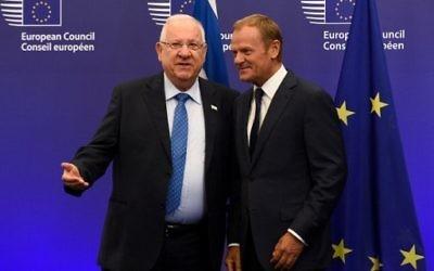 Le président du Conseil européen, Donald Tusk, à droite, et le président Reuven Rivlin avant leur rencontre au siège de l'Union à Bruxelles, le 21 juin 2016. (Crédit : AFP/John Thys)