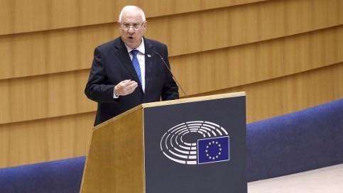 Le président Reuven Rivlin devant le parlement de l'Union européenne à Bruxelles, le 22 juin 2016. (Crédit : AFP/John Thys)