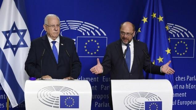 Le président Reuven Rivlin (à gauche) et le président du parlement européen Martin Schulz pendant une conférence de presse commune, à Bruxelles, le 22 juin 2016. (Crédit : AFP/ John Thys)