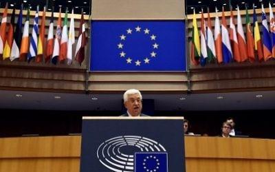 Le président de l'Autorité palestinienne Mahmoud Abbas devant le Parlement européen à Bruxelles, le 23 juin 2016. (Crédit : John Thys/AFP)
