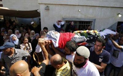 Les funérailles de l'adolescent palestinien Mahmoud Badran qui a été tué par les troupes israéliennes, le 21 Juin, dans le village de Beit Ur-Tahta près de la ville de Ramallah en Cisjordanie le 23 juin 2016. (Crédit : AFP / ABBAS MOMANI)