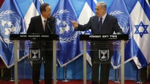Le secrétaire général des Nations unies Ban Ki-moon (à gauche) et le Premier ministre Benjamin Netanyahu ont tenu une conférence de presse commune dans le bureau du Premier ministre à Jérusalem, le 28 juin 2016. (Crédit : Yonathan Sindel/Flash 90)
