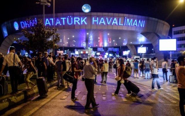 Des personnes devant l'entrée de l'aéroport Atatürk à Istanbul après un attentat terroriste, le 28 juin 2016 (Crédits : AFP/Ozan Kose)