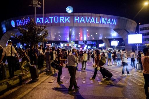 Des gens devant l'entrée de l'aéroport Atatürk à Istanbul après un attentat terroriste, le 28 juin 2016 (Crédit : AFP/OZAN KOSE)